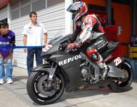 Hondas_800cc_v4_motogp_bike_breaks_cover_1