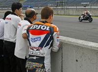Hondas_800cc_v4_motogp_bike_breaks_cover_10